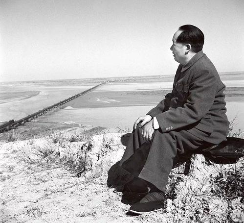 1952年,毛泽东视察黄河.(