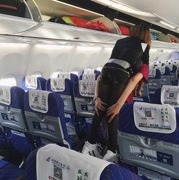 图为空姐背旅客画面。