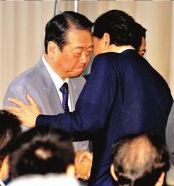 6月2日,鸠山由纪夫(右)一手扶着民主党干事长小泽一郎的手臂.