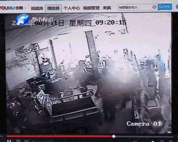 周口十几个城管围殴店员打砸店铺 场面堪比 古惑仔