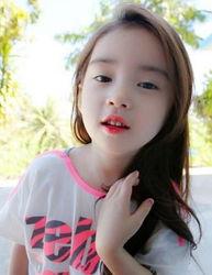 6岁韩国萝莉萌照走红 性感旁分发被赞不整容美女