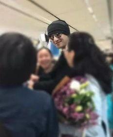 胡歌抵达美国满脸轻松微笑与粉丝合影