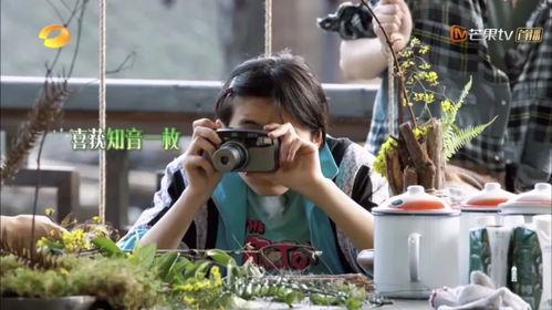 在综艺《向往的生活4》中,经常能看到她时不时地拿着相机拍拍拍。