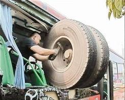 武汉飞来轮胎砸进公交 疑为货车行驶中甩出车轮