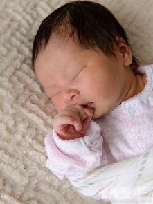 阿雅美国诞下女婴 老公双手捧女温馨出镜