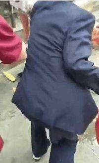 一姿娘居然在菜市场站着生下一男婴