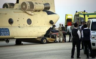 埃及救援人员转移坠机遇难者遗体