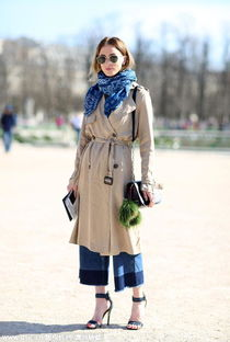 黑色风衣外套难免显得乏味,用一条牛仔阔腿裤来搭配,牛仔面料的选择让你