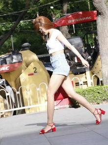 美女街拍 低胸吊带露背裙太性感,蕾丝透视装女生展现美腿