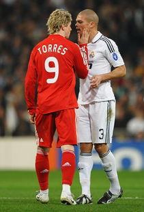 2009年2月26日,欧冠16强赛皇马对阵利物浦,托雷斯在比赛中掌掴佩佩.