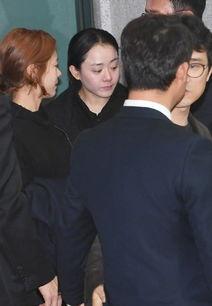 金柱赫出殡仪式举行,宋仲基车太铉前来悼念,生前女友悲伤鞠躬