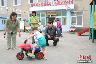 金正恩看望儿童并指导喂食蜂蜜