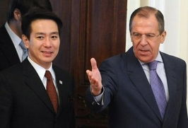 日本外相前原诚司(左)与俄罗斯外长拉夫罗夫(右)