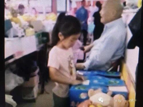 责:近日,一则上海老人将300万房产送给水果摊主的消息引发了广泛的关注,那么这个摊主小游到底做了什么