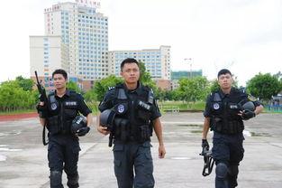 这位名叫梁锋的男神可是个80后,来自南宁市公安局特警支队一大队.