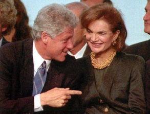 ...)和已故前总统约翰·肯尼迪的遗孀杰奎琳一起在波士顿出席活动....