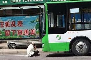 因公交未按意愿停车老人与司机撕扯后坐在车前