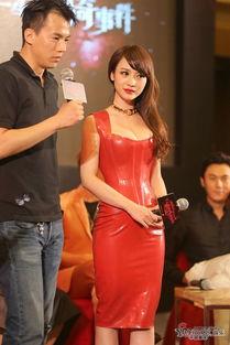 2012年6月29日讯,北京,28日,柳岩出席主演的电影 十二星座 宣传活动 她身穿紧身低胸红裙大秀爆乳,在台下东张西望神不守舍,还自查 胸器 暗自自豪发笑