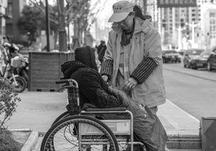 怕82岁失能老人孤单环卫工带着患脑梗婆婆扫大街