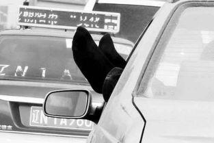 朝阳惊现 晾脚哥 一边坐轿车一边晾脚