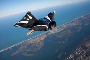 根据起跳基点的不同,翼装飞行可分为:高空翼装飞行(wingsuitskydiving)和低空翼装飞行(wingsuitbasejumping).