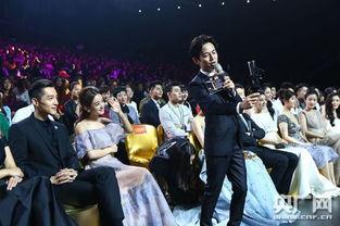 小寿星赵丽颖获得金鹰节观众喜爱的女演员奖现场幸福吃包子