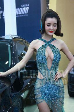 车模穿钻石透视短裙半露胸 主持人呼吁文明拍照
