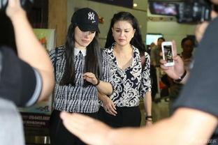 葛天与刘翔离婚后首露面妈妈陪伴流泪不止拒绝回答问题