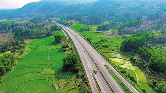 汽车行驶在屯昌至琼中高速公路(摄)