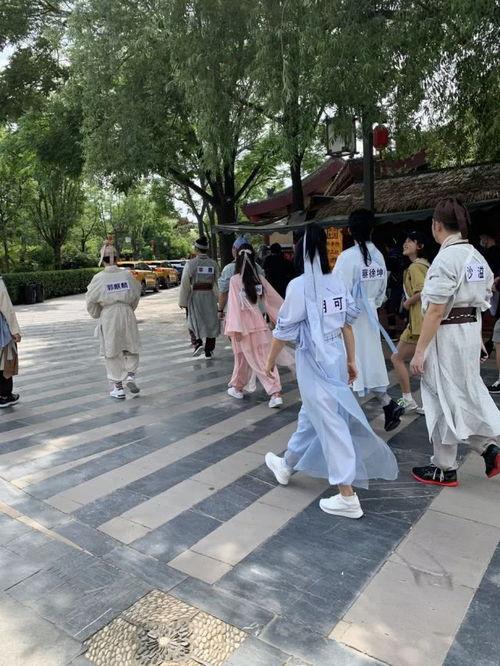 跑男团古装造型曝光,angelababy身穿粉色薄纱裙又仙又美,第一次尝试古装造型的蔡徐坤书生气十足。