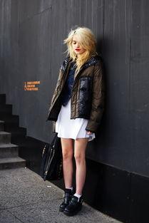 街拍穿周蕊同款齐b小短裙的欧美潮人