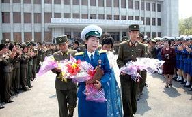 朝鲜一女交警被授英雄称号 当场嚎啕大哭 日媒猜金正恩或曾遇车祸