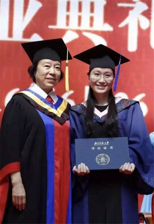 黄文秀生前照片(右)