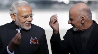 印度总理莫迪和阿富汗总统加尼并肩交谈