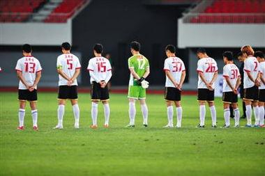 上周六中甲比赛,被俱乐部欠薪的深圳红钻球员为鲁甸地震遇难者默哀.