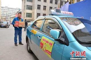 图为出租车司机给全城千余户孤残老人送饺子上门.