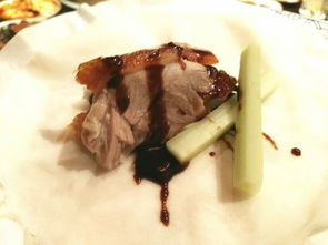 吃刀鱼历来是个很讲究的活儿,清代袁枚著名的《随园食单》上说:刀鱼用蜜酒酿、清酱,放盘中,如鲥鱼法蒸之最佳,不必加水.