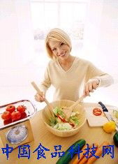 边看电视边吃零食 提醒 饭后坐着吃零食易患胆结石