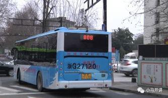 暖心丨雨天老人摔倒,公交司机停车搀扶