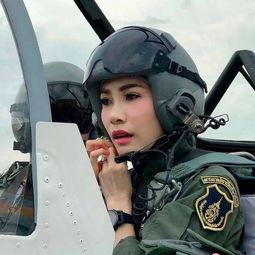 诗妮娜在战斗机驾驶舱.