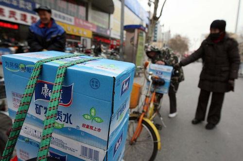 江苏镇江自来水现异味居民抢购瓶装水读图时代