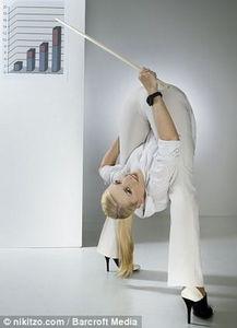 一字马 弱爆了 俄美女柔术大师精彩办公室另类照