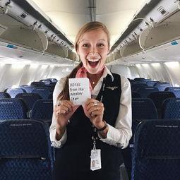 空姐在窗上贴温馨纸条,让乘客带著正能量起飞