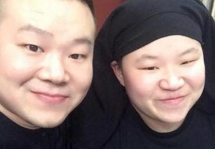 岳云鹏与撞脸妹子合影