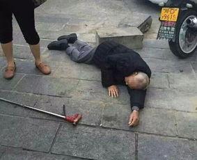 老人摔倒后没人敢扶,小学生扶起后,老人喊你家长送我去医院