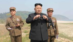 高清 金正恩视察女子火箭炮部队 炮群对海齐射