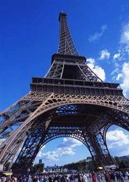 巴黎的地标性建筑——埃菲尔铁塔