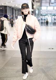 佟丽娅穿粉色外套,少女心满满,但脚上这双脏鞋太拉低品味