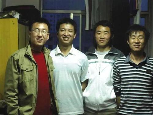 陈红军(左二)和同学们在一起