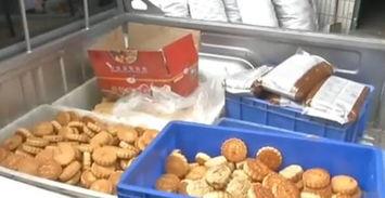 东莞食药监部门对此地进行了突击查处,在这间近200平米的作坊内,几台简易月饼生产设备架设其中,一盆盆腌制好的鸭蛋黄被随意摆放在地板上,附近混杂堆放着各种原料及半成品.